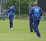 ...but the ball ends up in the hands of first slip Barresi
