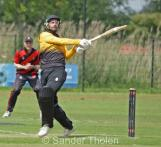 Woutersen helps a short one over the boundary
