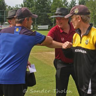 Elbowing between Umpires Van Lent and Hilhorst and Captains Kroesen and Borren